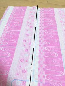 右側の縫い代を、左側の縫い代に被せるようにアイロンで山折して、端を縫った写真