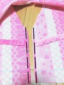 端を三つ折りし、端を縫った写真
