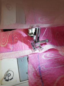 針を刺したまま押さえを上げて布の角度を変えた写真