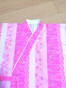 衿を半分に折り、縫い代を内側に折り込んだ写真
