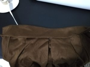 ベルトを中心で折り、縫い代を折り込んでベルト状にする写真