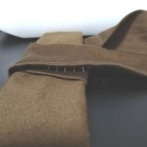 裏から手縫いで縫い留める写真