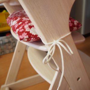 ベビーチェア用クッションの紐を結んだ写真