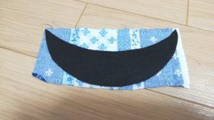 大きめに裁断した和布に貼る写真