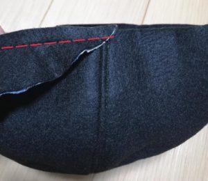 帽子に眉庇を縫い付ける写真