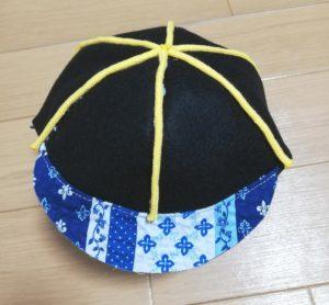 アクリルコードを帽子の縫い目に合わせてボンドで貼る写真