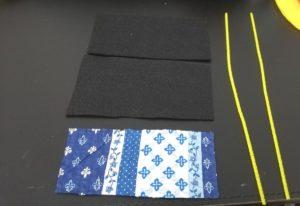 フェルト2枚、和布を貼ったフェルト、モール2本を準備する写真