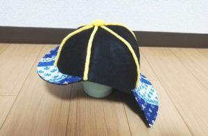 帽子の後ろに錏を縫い付ける写真