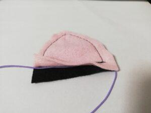 ゴム紐をフェルトの間に挟み、ゴム紐を跨ぐようにして縫う